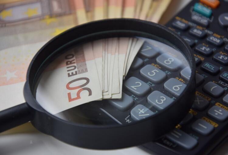 Euro, lupa e calculadora